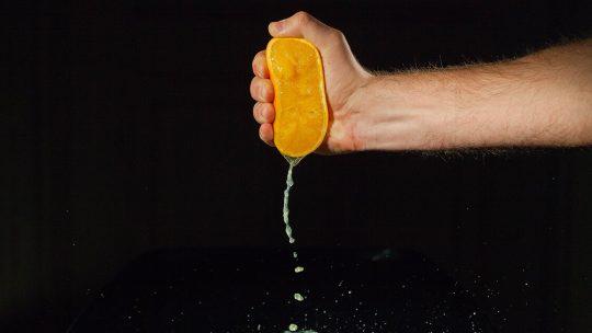 ¿Cómo exprimir naranjas sin exprimidor?